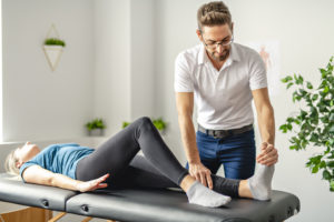 Rehabilitation science specialist with injured client